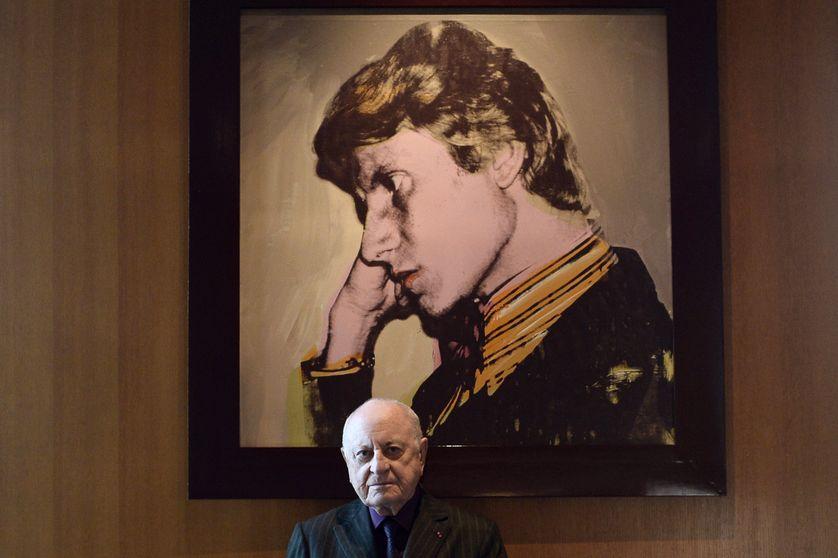 Pierre Bergé dans son bureau parisien devant le portrait d'Yves Saint Laurent peint par Andy Warhol le 11 février 2015.