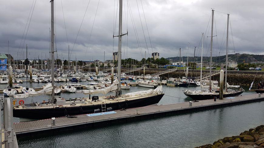 Quatre des six voiliers de la flotte Pen Duick amarrés sur le port Chantereyne à Cherbourg.
