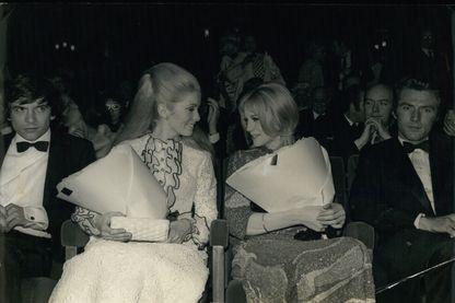 """Catherine Deneuve (à gauche) et Françoise Dorléac (à droite) lors de la première des """"Demoiselles de Rochefort"""" de Jacques Demy, en 1967"""