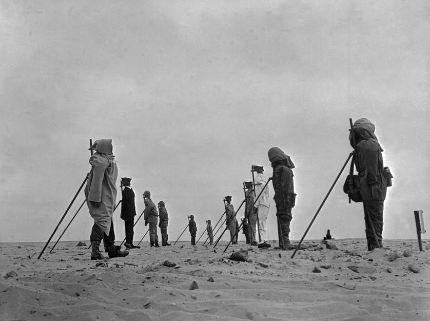 Mannequins sur le site des essais nucléaires français à Reggane, en Algérie, en décembre 70.