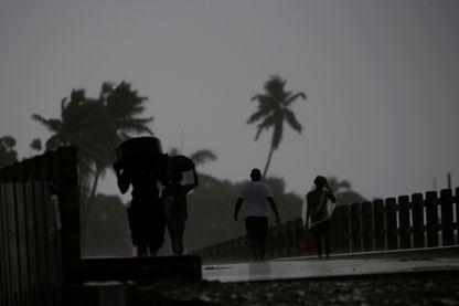 Des gens fuient au milieu de l'ouragan Irma, à Haïti