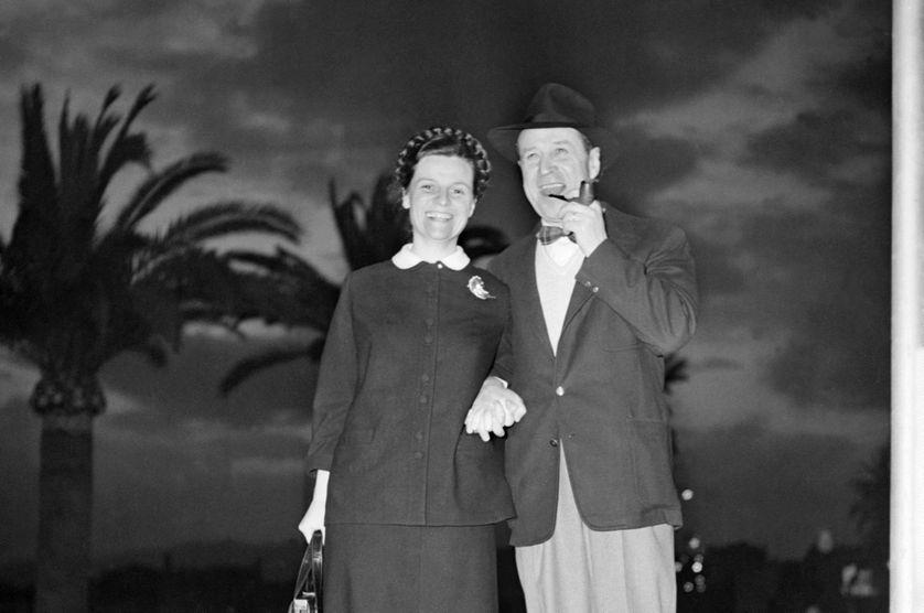 En avril 1955 l'écrivain belge Georges Simenon (1903-1989) se promène avec sa femme sur la croisette à Cannes.