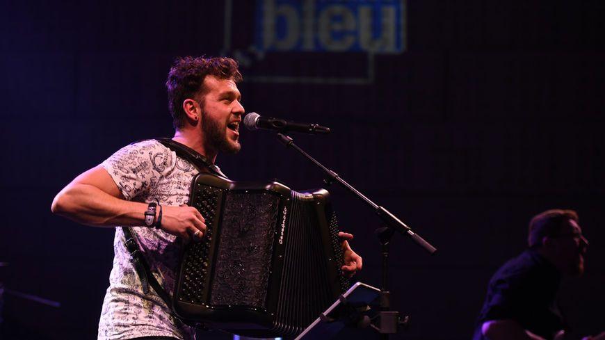 Claudio Capéo lors de son concert à France Bleu Live