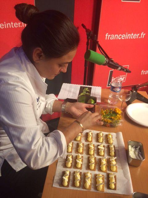 """La chef mexicaine Beatriz Gonzalez prépare une dégustation au sein du studio de """"Babel-sur-Seine"""""""