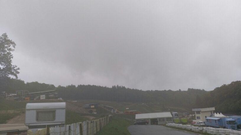 Pas de soleil cette année (contrairement à 2015) pour les préparatifs du mondial de motocross sur le circuit de la Versenne