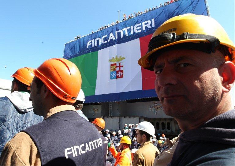 """Des métallos de Fincantieri fêtaient le lancement à Castellamare di Stabia (en Campanie) de la coque du futur vaisseau """"Vulcano"""", parti pour son assemblage sur le chantier de La Spezia (en Ligurie)"""