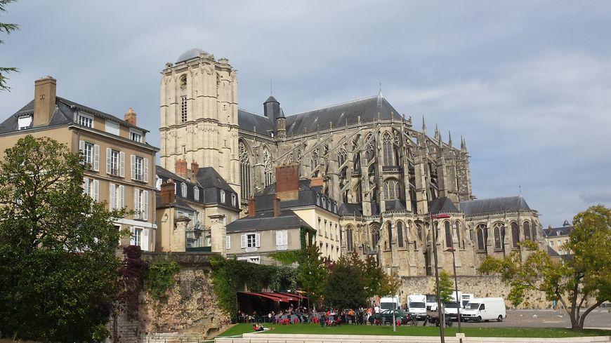 Culminant à 64 mètres d'altitude, la tour de la cathédrale Saint-Julien est le plus grand édifice de la ville.