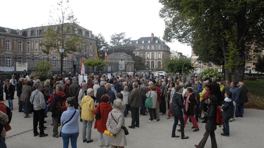 Environ 300 personnes se sont réunies samedi matin devant la préfecture du Haut-Rhin