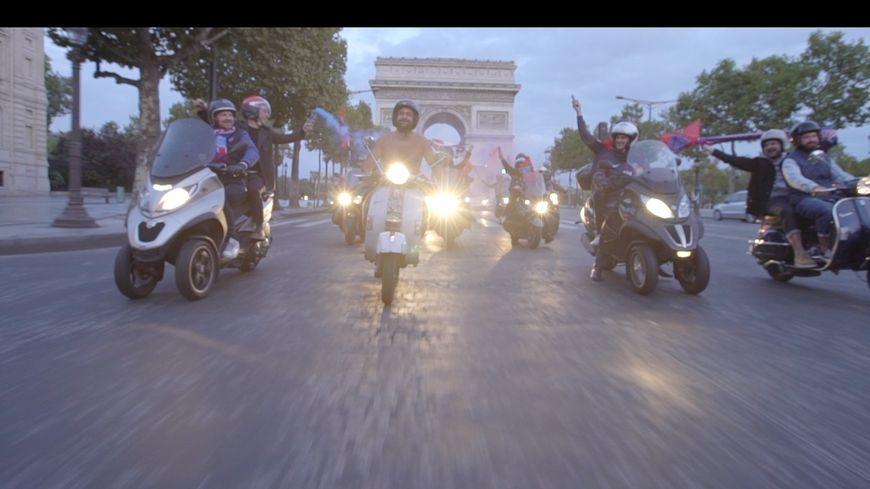Jonathan a honoré son pari. Il a remonté l'avenue des Champs-Elysées nu sur son scooter