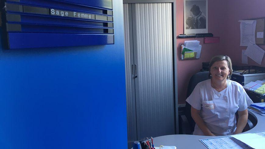 Isabelle Famose, l'une des sages-femmes, dans le bureau d'accueil