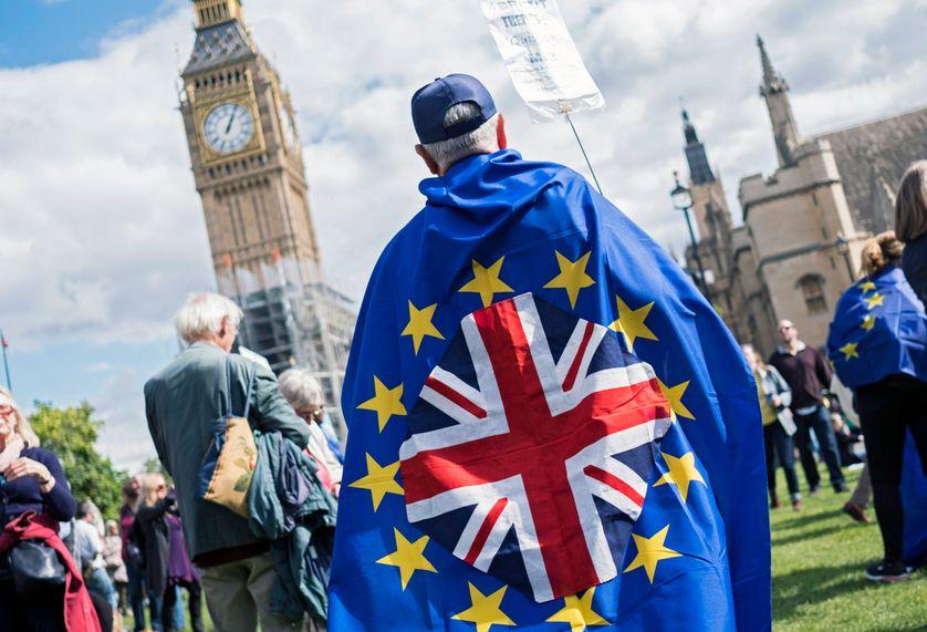 Un militant pro-Europe rejoint le cortège de la Marche anti-Brexit dans le centre de Londres