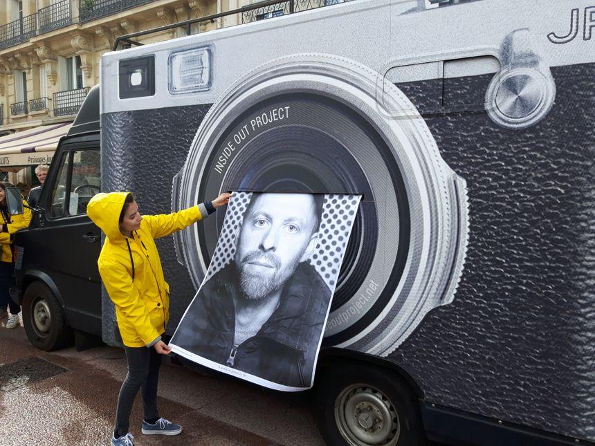 Le désormais célèbre photomaton ambulant de JR a accueilli plus de 200 personnes à Issy-Les-Moulineaux à l'occasion de la bieannale d'Art Contemporain