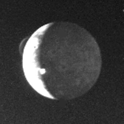 Cette image de Io prise en 1979 montre 2 éruptuions volcaniques