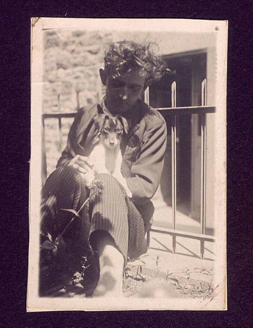 Louis Guilloux jeune, avec un chiot (Source : Bibliothèques de Saint-Brieuc/Fonds Louis Guilloux)