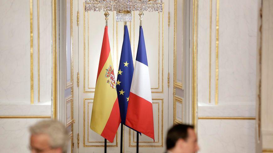 Les drapeaux espagnol, européen et français, à l'Elysée en 2013