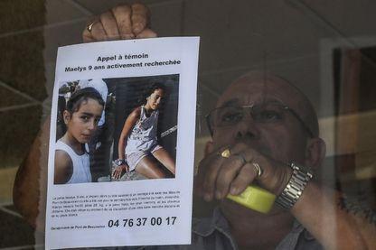 Un gendarme accroche le portrait de Maëlys, 9 ans, disparue lors d'un mariage le 26 août à Pont-de-Beauvoisin,