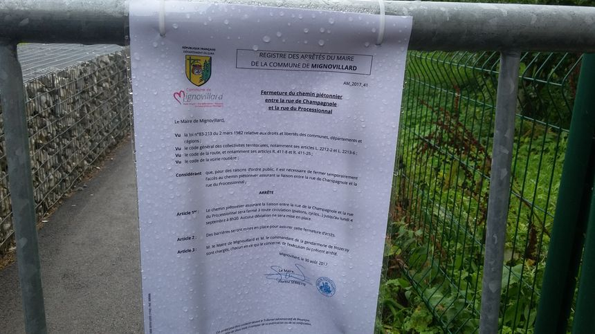 Un arrêté municipal bloque l'accès à l'aire de jeu et à l'école pour éviter un attroupement de journalistes.