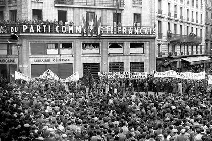 Devant le siège du Parti Communiste Français en 1946