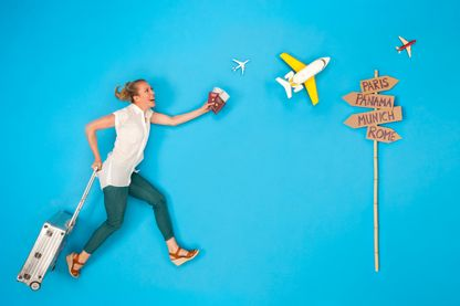Jeune femme qui se dépêche pour prendre son avion.