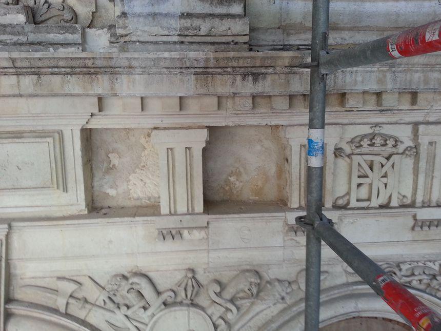 sur la façade Renaissance, les pierres sont changées