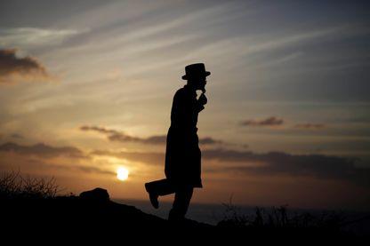Juif orthodoxe au bord de la Méditerranée