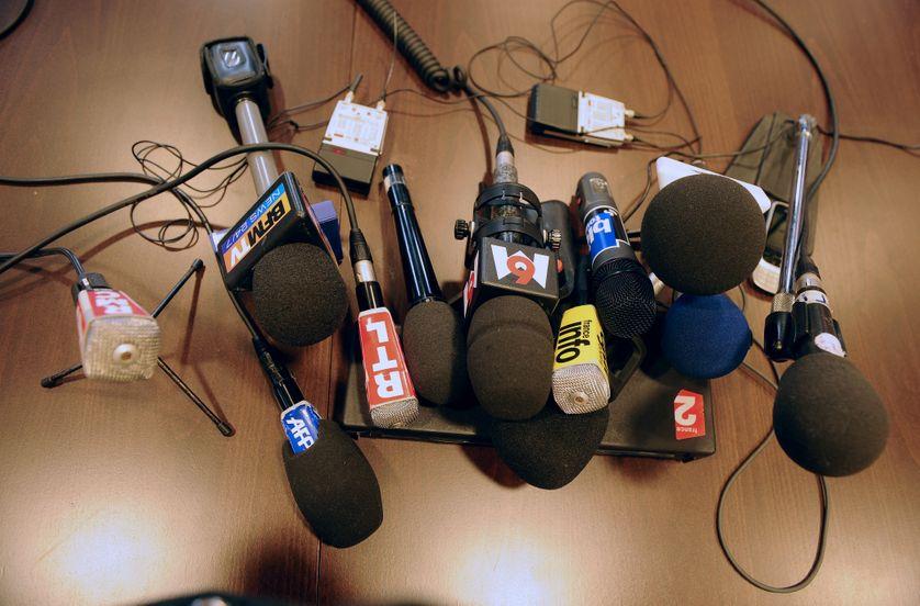 Des micros de différents médias sont posés sur une table, le 25 février 2011, avant un point presse du procureur de Toulouse dans les locaux du palais de justice de Toulouse.