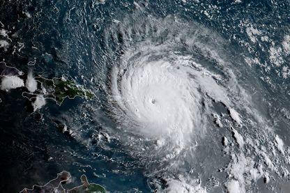 Image satellite de l'ouragan Irma fournie par l'agence américaine d'observation océanique et atmosphérique le 6 septembre 2017.