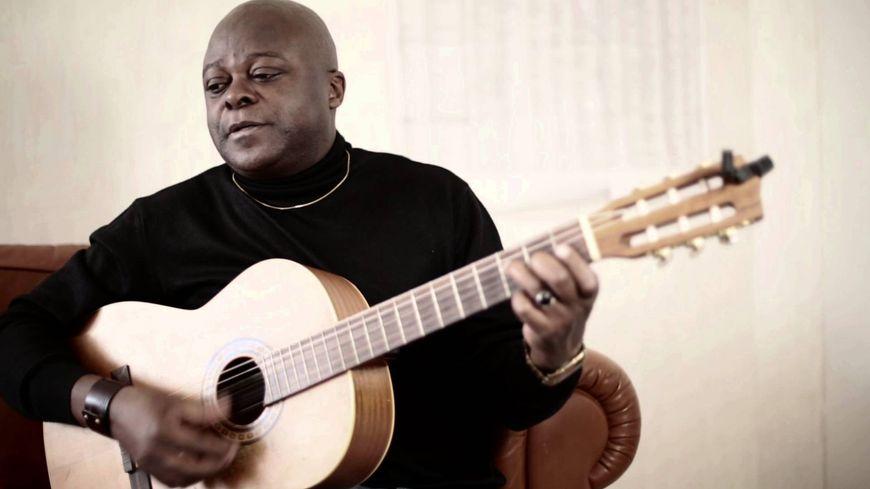 Henri Dikongué  a grandi à Yaoundé et vit à Besançon depuis 1985