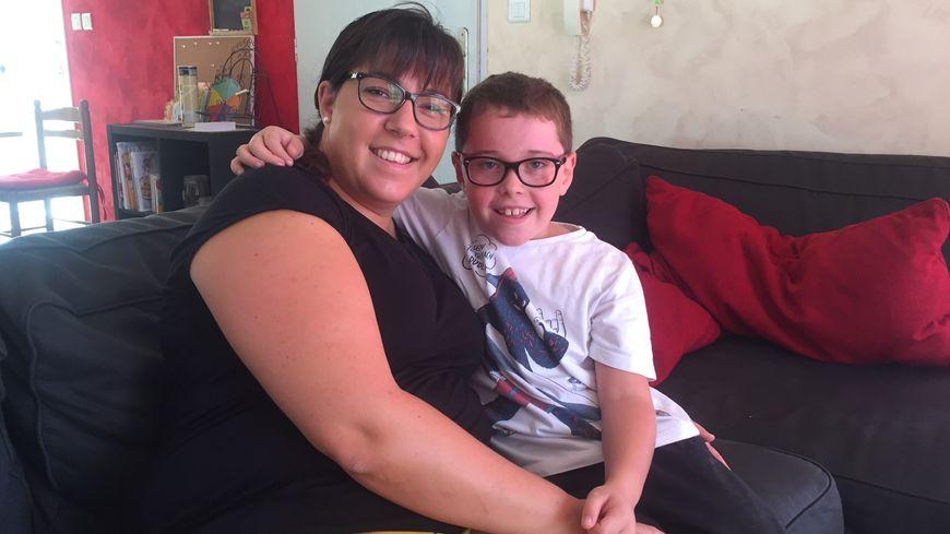 Amandine et son fils Léo, âgé de 8 ans, qui souffre de dysphasie et de dyspraxie et n'a pas d'AVS.
