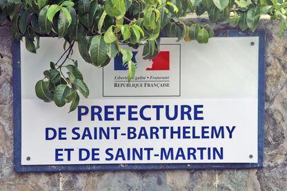 Plaque apposée a l'entrée de la Préfecture de Saint Barthélemy et Saint Martin située a Marigot (Saint Martin - Antilles Françaises).