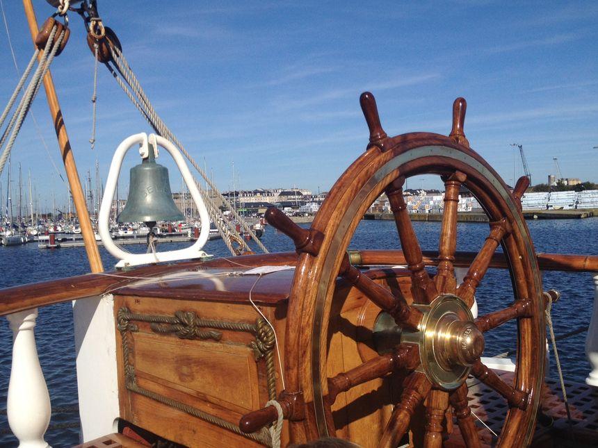 La dunette, espace de commandement du navire, est occupée 24h/24 par un membre de l'équipage en cours de navigation