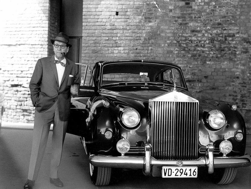 Portrait de l'écrivain Georges Simenon avec sa Rolls Royce en 1967.