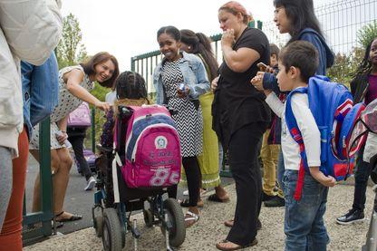 Une élève en situation de handicap arrive à l'école primaire Pierre Mendes France à Clermont-Ferrand, au début de la nouvelle année scolaire le 4 septembre 2017.