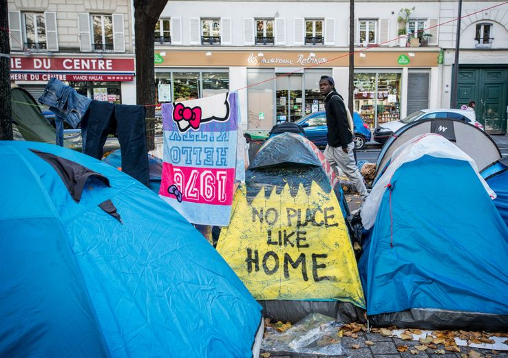 Campement de migrants et de réfugiés dans une rue de Paris fin 2016