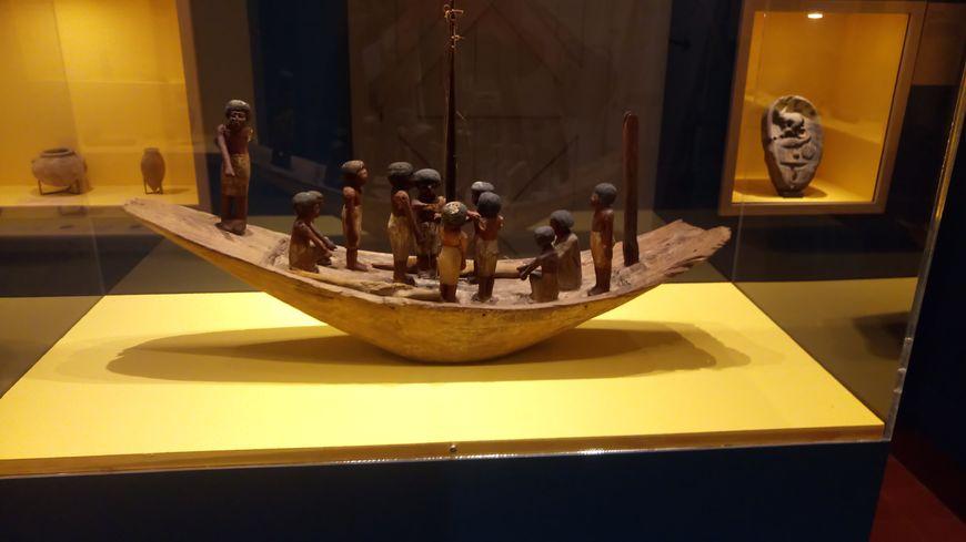 Cette barque funéraire est l'une des plus anciennes pièces de la collection