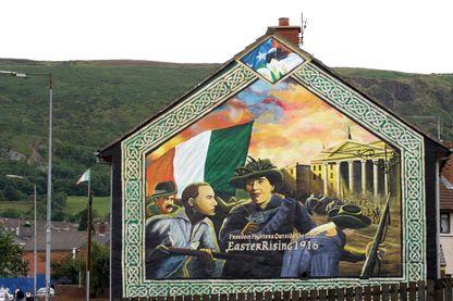 Légende : Peinture d'une façade d'une maison à Belfast en 2003, en souvenir du Soulèvement de Pâques en 1916