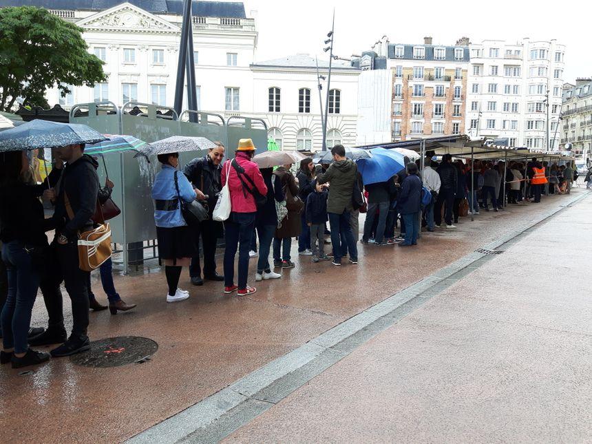 Plusieurs centaines de personnes ont bravé la pluie et attendues plus de deux heures afin de passer par le photomaton et de voir leur portrait collé au sol