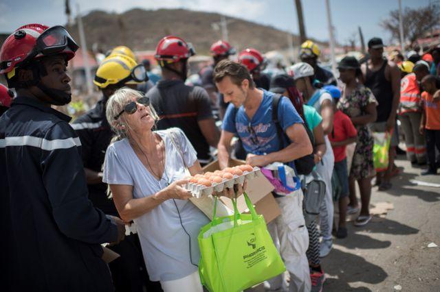 Distribution de vivres par les pompiers à Marigot