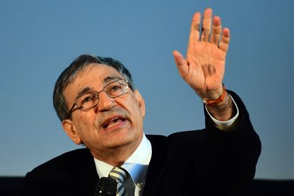 Orhan Pamuk répond à une question au Millenaris Culture Centre de Budapest le 20 avril 2017 lors d'une discussion sur sa vie, et ses livres 24ème Festival international du livre de Budapest .