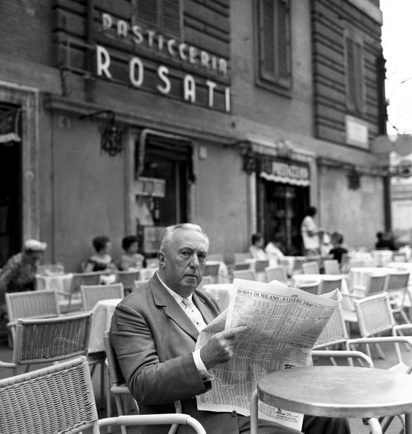 Rome 08/07/1960, l'ecrivain Carlo Emilio Gadda a la terrasse du caffe (cafe) Rosati