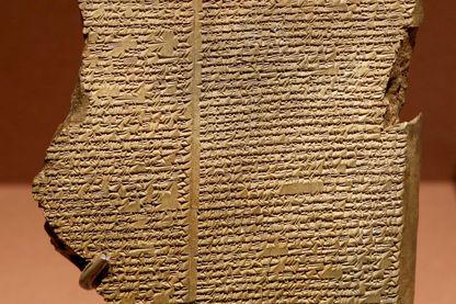 Tablette d'un fragment de l'épopée de Gilgamesh en écriture cunéiforme (environ 650 avant J.C.)