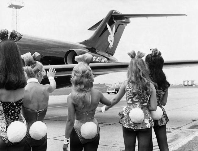Les Bunnies saluent le jet Playboy - Londres, 1970