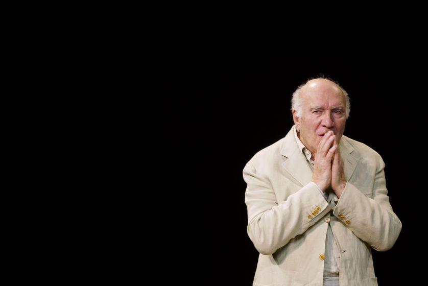 """Michel Piccoli joue une scène de la pièce """"Ta main dans la mienne"""" d'Anton Tchekhov, le 23 octobre 2003 au Théâtre des Bouffes du Nord, mise en scène par Peter Brook."""