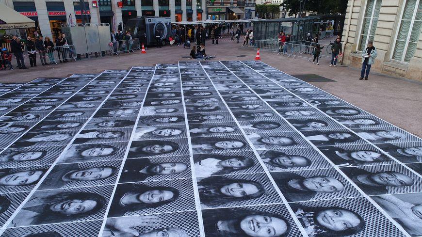 Plusieurs centaines de visages des habitants d'Issy-Les-Moulineaux et des villes voisines ornent le sol de l'Hotel de ville pour former une oeuvre éphémère