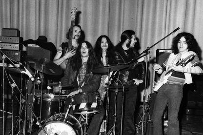 Can, groupe de rock expérimental allemand, de gauche à droite : Holger Czukay, Michael Karoli, Damo Suzuki, Irmidt Schmidt et Jaki Leibzeit, pendant la période «Tago Mago».