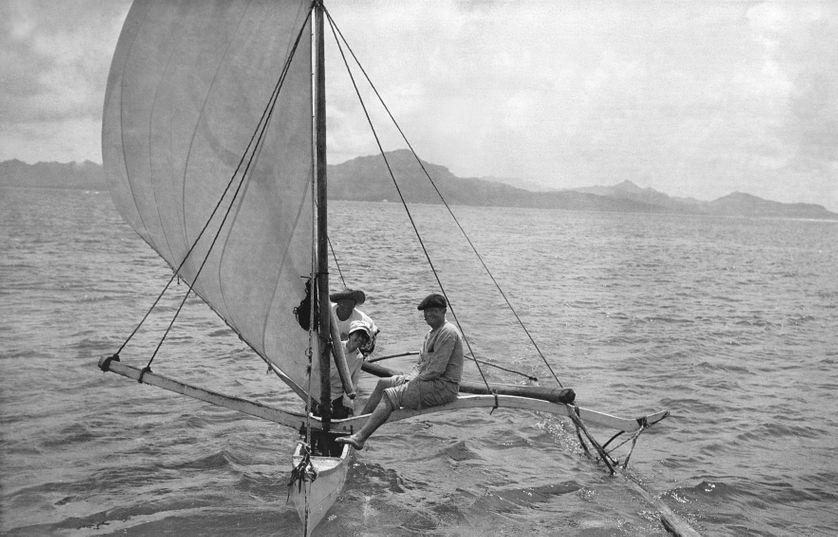 Jack et Charmian London sur la pirogue à voile d'un ami polynésien,  île de Tahaa, Polynésie Française, 1908