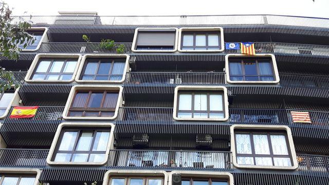 L'un des rares immeubles de Barcelone où cohabitent drapeaux catalans et espagnols.