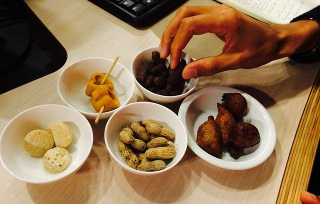 Gael Faye nous invite au voyage... culinaire 😋 Apéro africain par notre chef Alexandre Bellaola, arachides et beignets cœurs