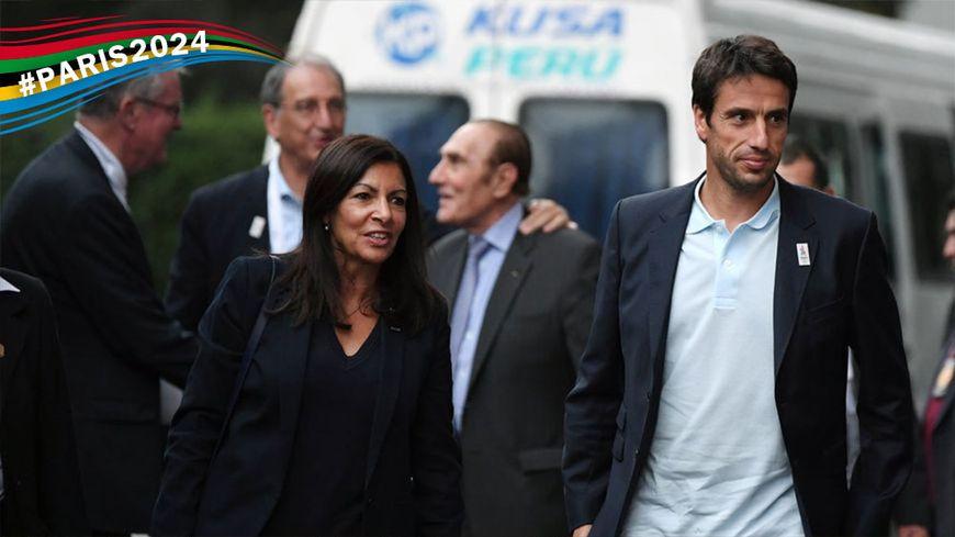Anne Hidalgo et Tony Estanguet à leur arrivée à Lima, ce vendredi.