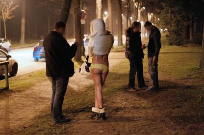 Depuis la loi du 13 avril 2016, les prostituées ne sont plus pénalisées. Ici un contrôle de police au Bois de Boulogne, à Paris